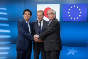 Šinzo Abe, Donald Tusk i Žan Klod Junker (The Wall Street Journal)