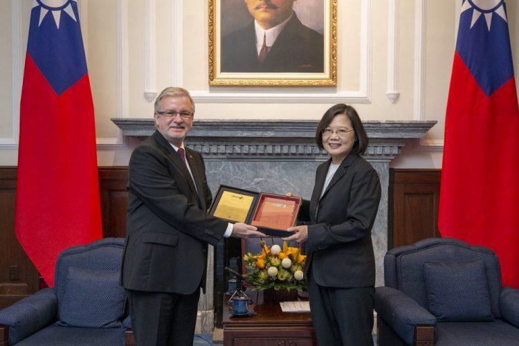 Predsednica Tajvana Tai Ing-ven i evroposlanik Mihael Galer